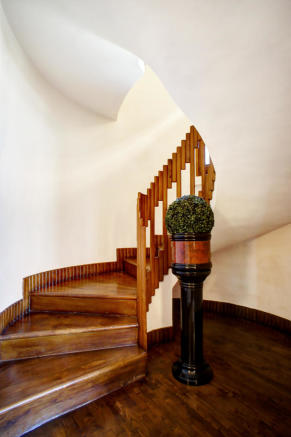 Curving staircase
