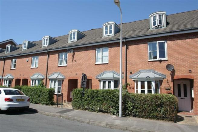 4 bedroom terraced house to rent in york road rg14