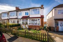3 bed semi detached house to rent in Leafield Road, Sutton...
