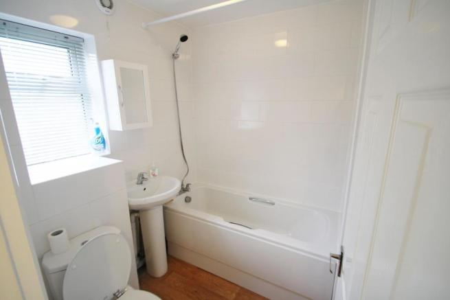 Bathroom-2-bed-flat-WentwoodGardens-Plymouth
