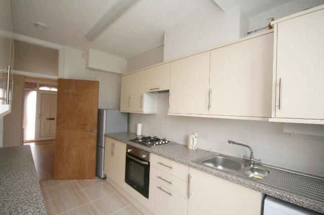 FITTED KITCHEN: PIC.