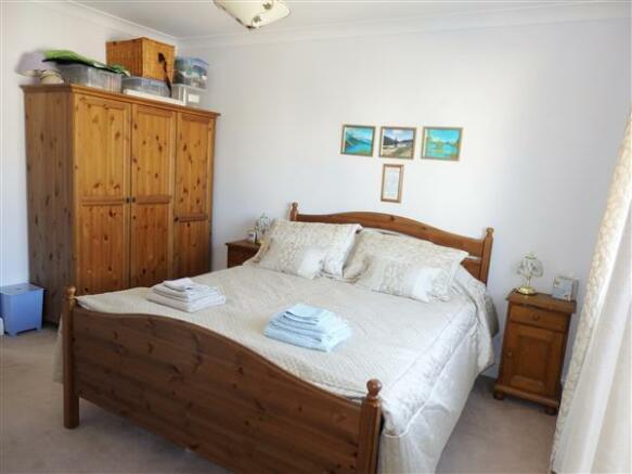 FRONT BEDROOM 2: