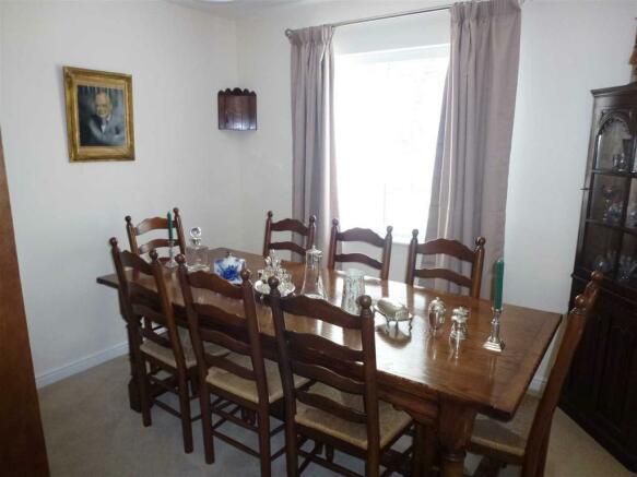 DINING ROOM :