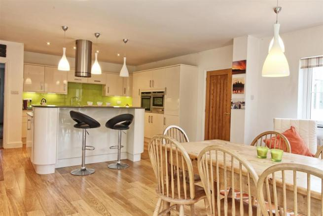 OPEN PLAN KITCHEN pic 4
