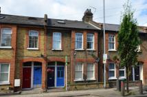 Maisonette to rent in Silverthorne Road...