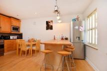3 bed house in Kew Bridge Road...