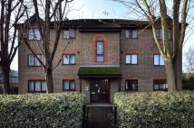 Studio flat in Ealing Road, Brentford...