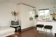 Flat to rent in Russell Road, Wimbledon...