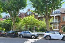 2 bed Flat to rent in Queens Avenue...