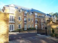 2 bed Flat to rent in Oatlands Chase...