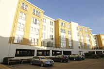 2 bed Flat in Admirals Way, GRAVESEND...