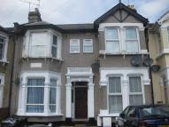 Ground Flat in COURTLAND AVENUE, Ilford...