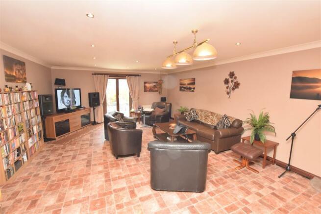 Family Room 1 NEW.JPG