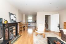 Flat to rent in Kelvedon Road, London...