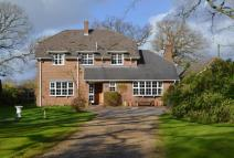 4 bedroom Detached house in Main Road, Walhampton...