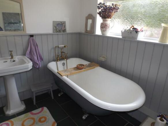 Roll top bath.