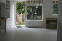Ground Flat in Elm Park Road, Finchley...
