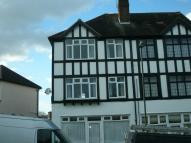 Flat to rent in Cleave Avenue, Orpington...