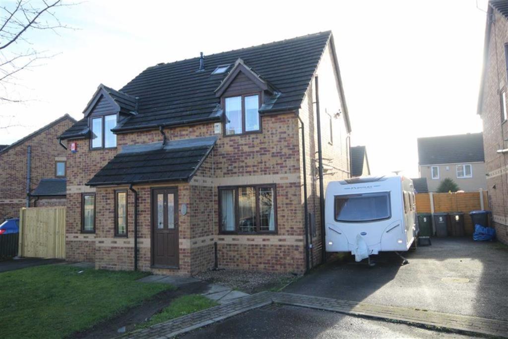 3 bedroom semi-detached house  Alderholt Drive, Bradford