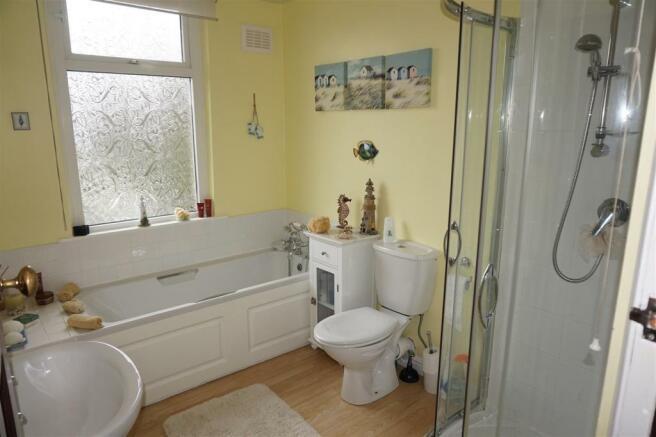 HOUSE BATHROOM/WC: