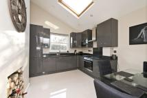 2 bed Maisonette in Ravenslea Road, London...