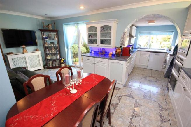 'L' SHAPED LIVING/ DINING/ KITCHEN