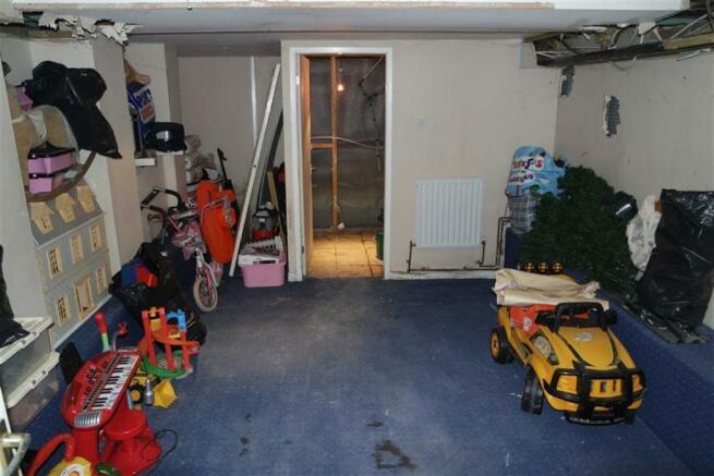 Basement / Garage: