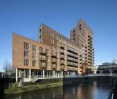 Flat to rent in Watermans Place...