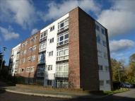 3 bedroom Flat in Paddockhall Road...