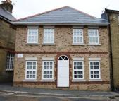 2 bedroom Flat to rent in Cross Street, Cowes...