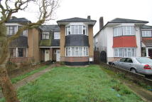 3 bed semi detached house in Broadwalk, London, E18