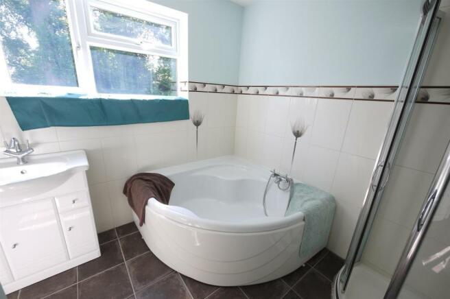 Spacious Family Bathroom:-