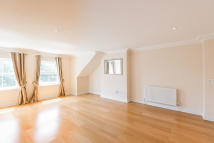 3 bedroom Apartment in Broadhurst Gardens...