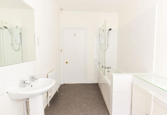 Lee Park - SE3 - Full Bathroom - Oliver Field Associates