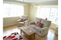 2 bed Flat in 1A The Drive...