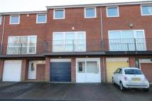 Town House to rent in Langley Grove...