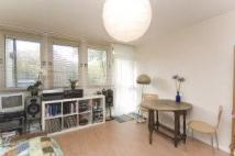 Flat to rent in Woodberry Grove, London...