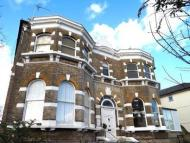 2 bed Flat to rent in Rosslyn Road...