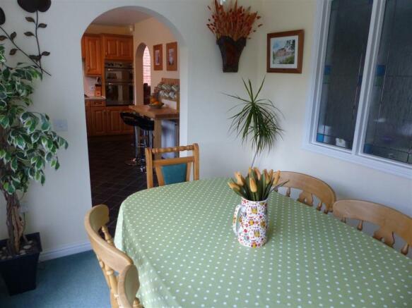DINING ROOM.2.JPG