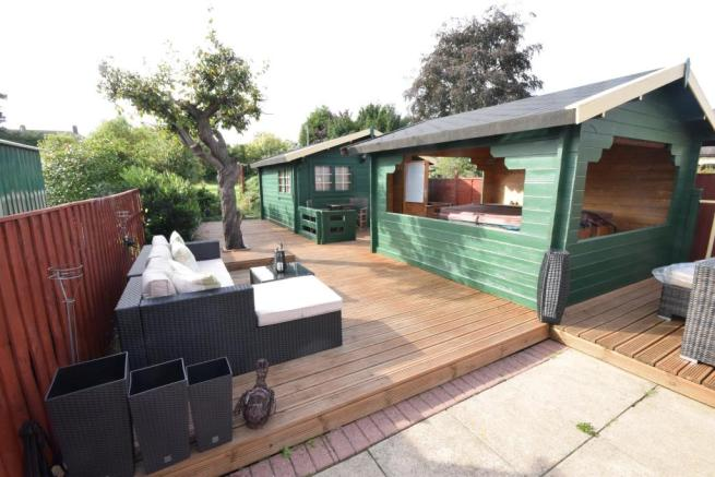 Outbuilding with Bar and Hot Tub