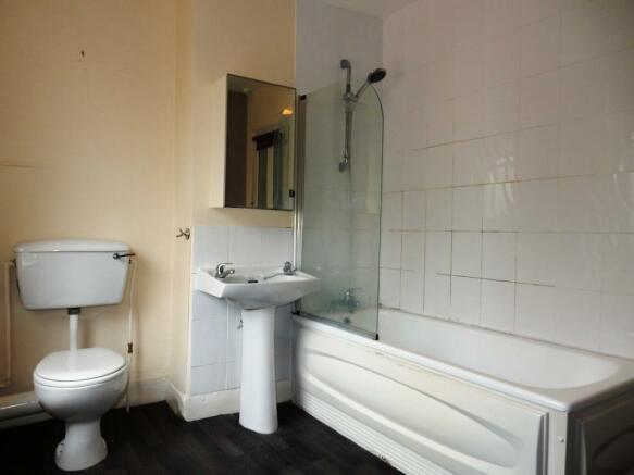 Spacious Bathroom wi
