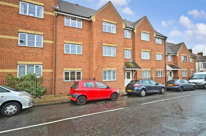 2 bedroom ground floor flat for sale in Westfield Gardens