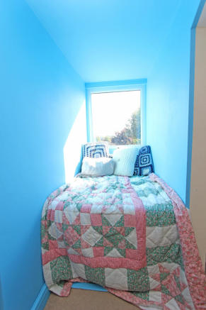 Bed 3 Window Seat