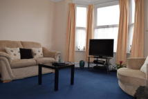 Flat to rent in Wellesley Road, Ilford...