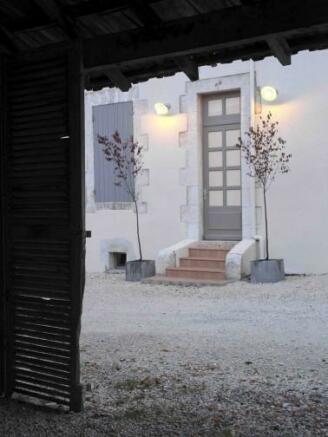 Courtyard & front en