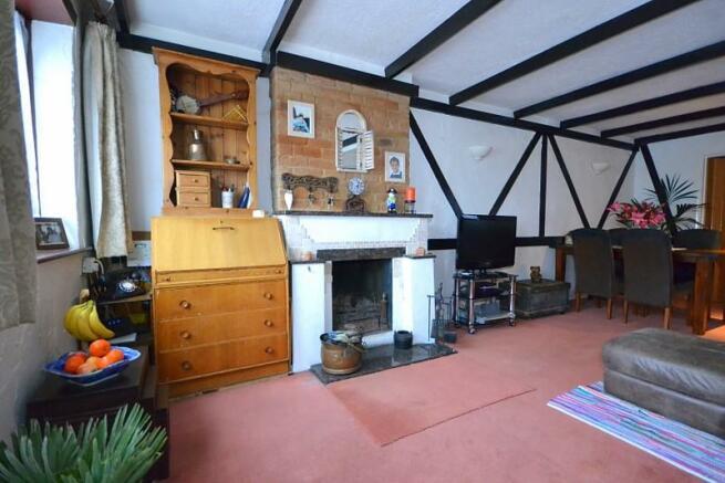 Living room (angle 2