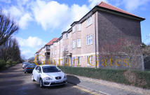 2 bedroom Flat in Parklands Court Great...