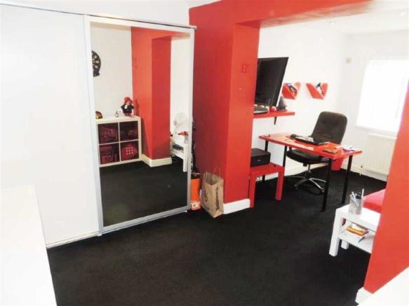 Bedroom Two / Dressi