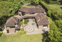 5 bed Detached home for sale in Bovingdon Green Marlow....
