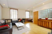 Flat to rent in Barnsbury Street, London...